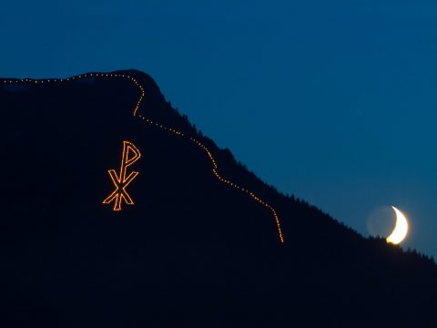 Berg bei Nacht mit Bergfeuer