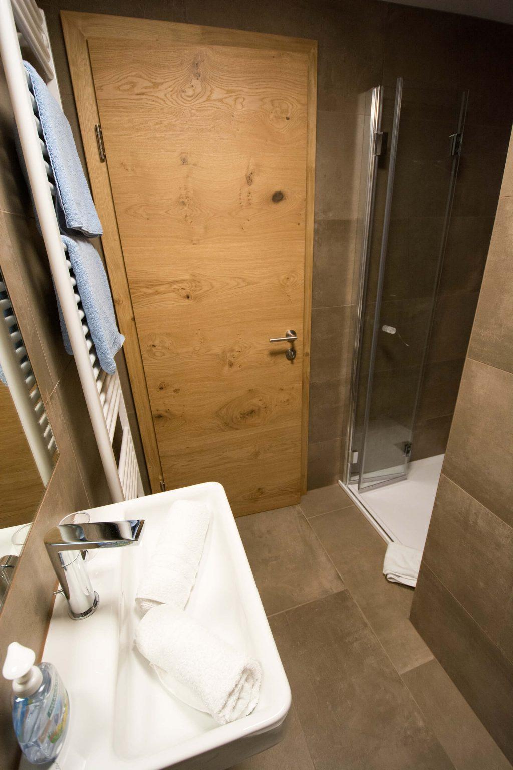 Ein Badezimmer mit Dusche und Waschbecken