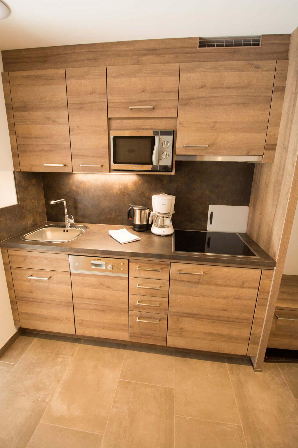 Eine Küche ausgestattet mit Herd, Mikrowelle, Geschirrspüler und Waschbecken
