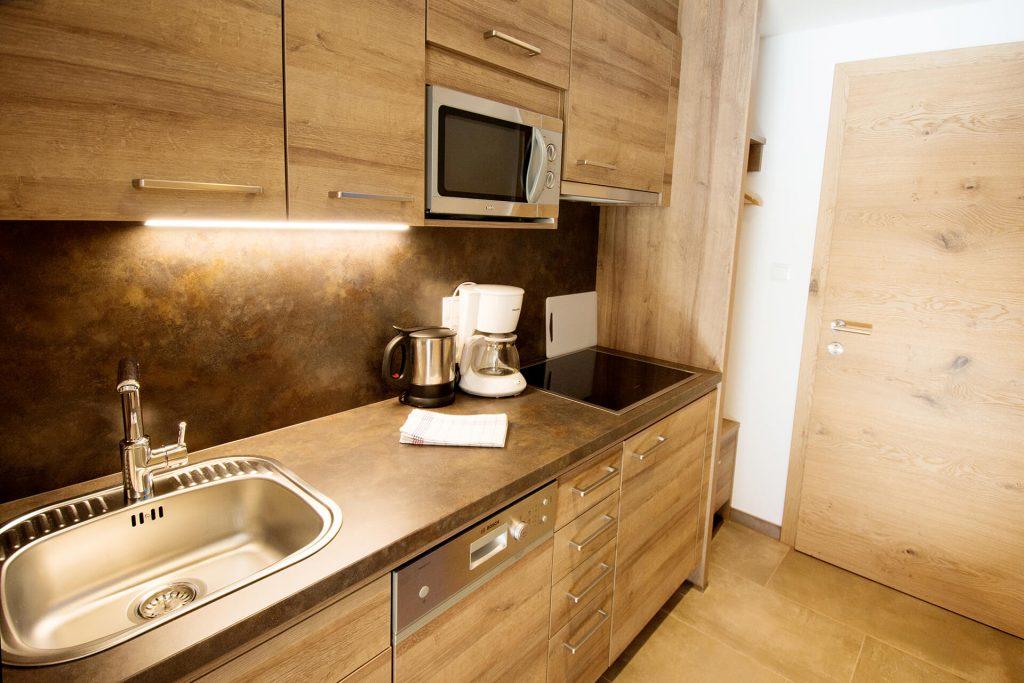 Eine Küche mit Waschbecken, Geschirrspülmaschine, Mikrowelle und Herd.