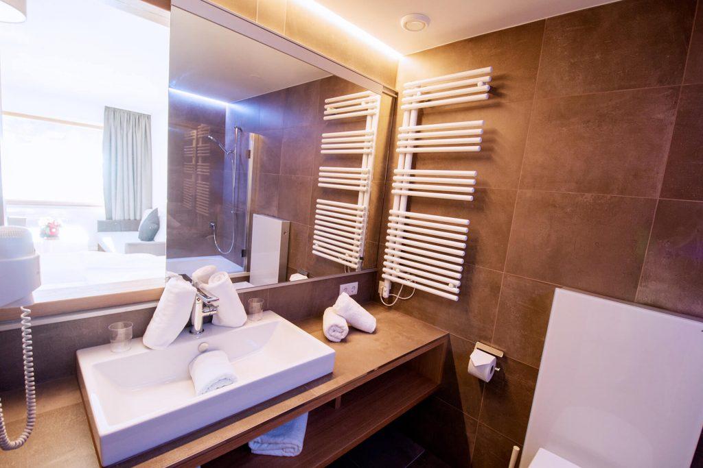Das Badezimmer mit Waschbecken, WC und Badewanne in einem der Appartements